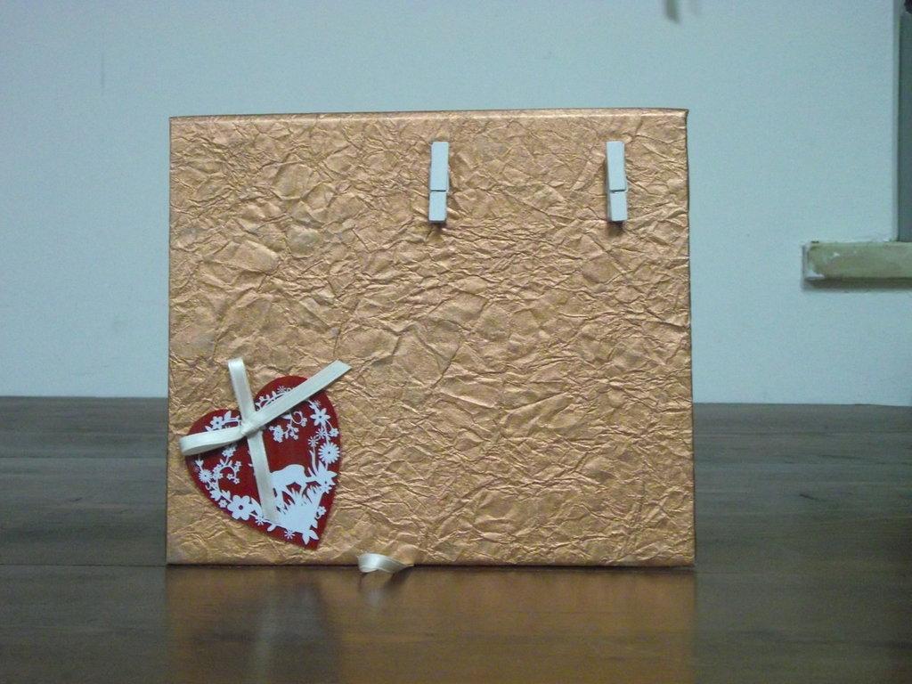 Portafoto in carta rame con mollette e cuore