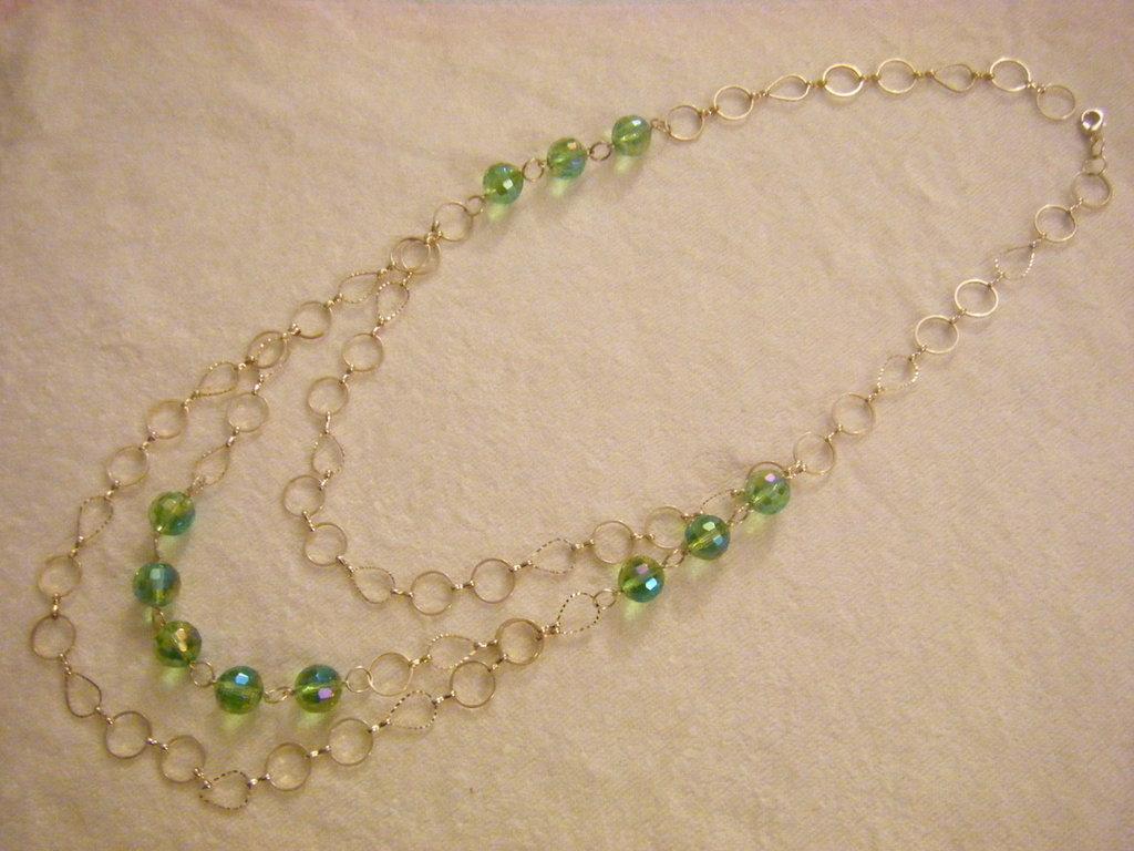 collana lunga con catena colore argento e perle in vetro verde