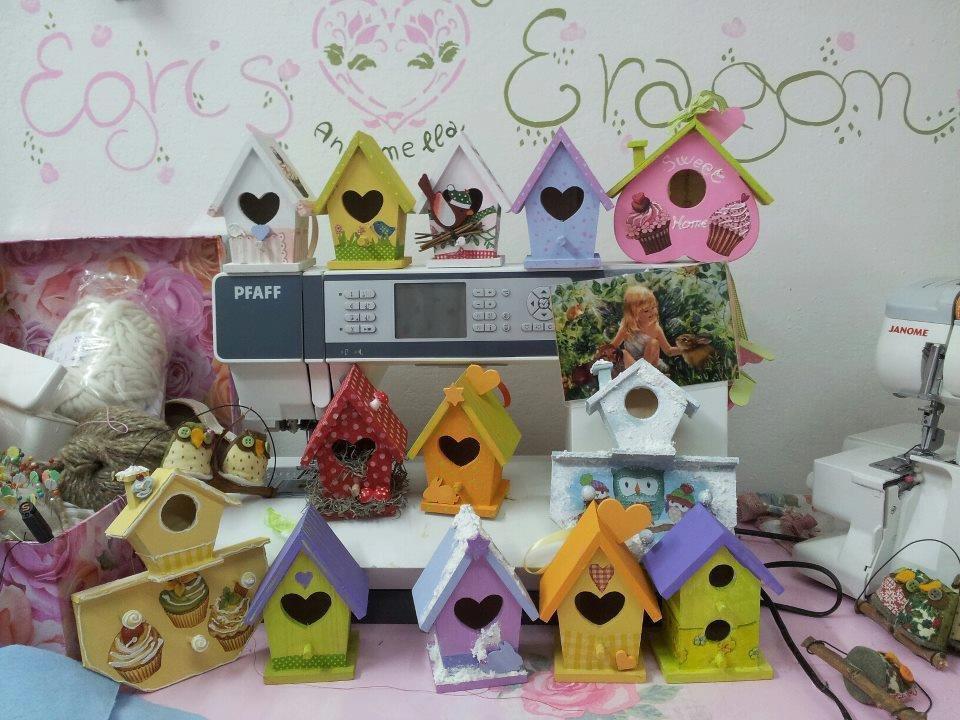 casette di legno e campanelle