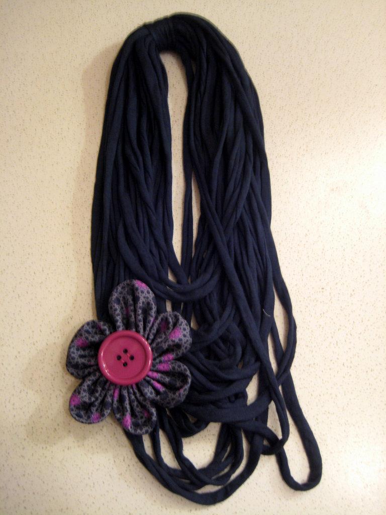 Collana fettuccia blu ottanio e fiore con bottone rosa