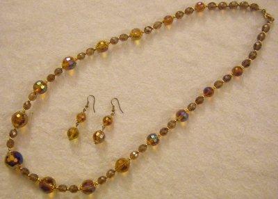 completo collana e orecchini  con perle in vetro e mezzo cristallo marone