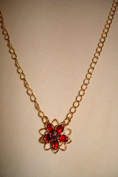 Speciale Natale, filigrana a fiore con Swarovski rossi