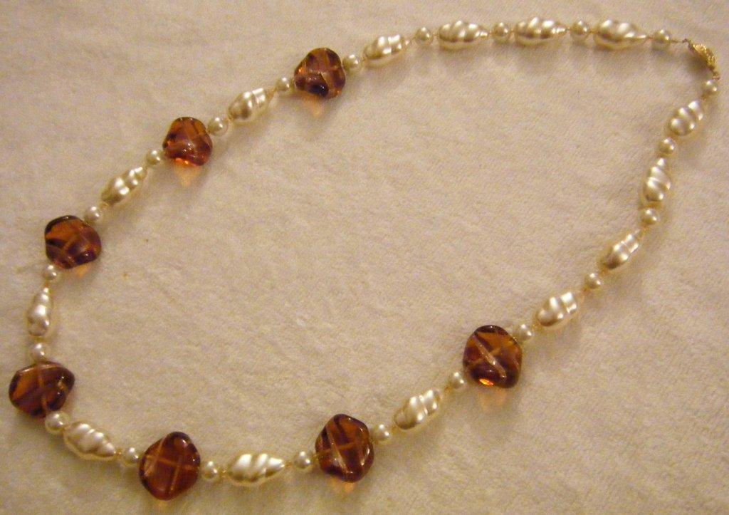 collana con perle bianche in vetro e vetro di murano