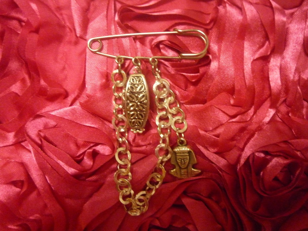Spilla argentata con catena con pendenti egizi