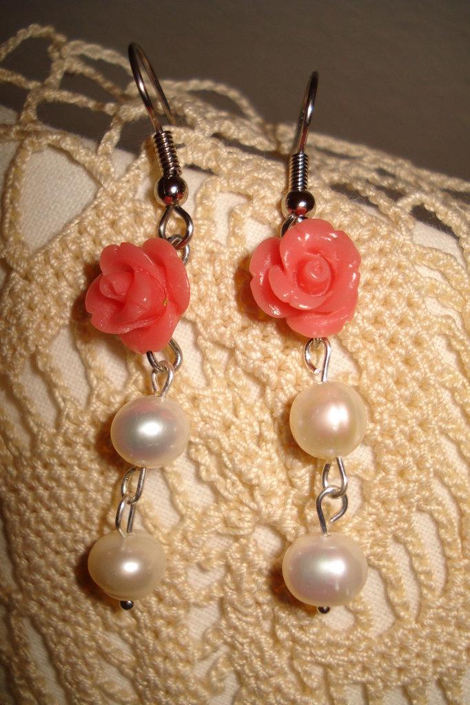 Orecchini con roselline e perle di acqua dolce
