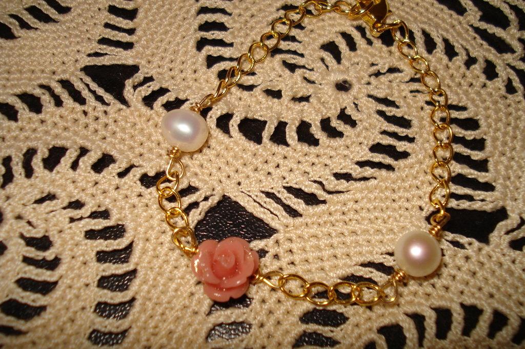 Bracciale dorato con roselline e perle di acqua dolce