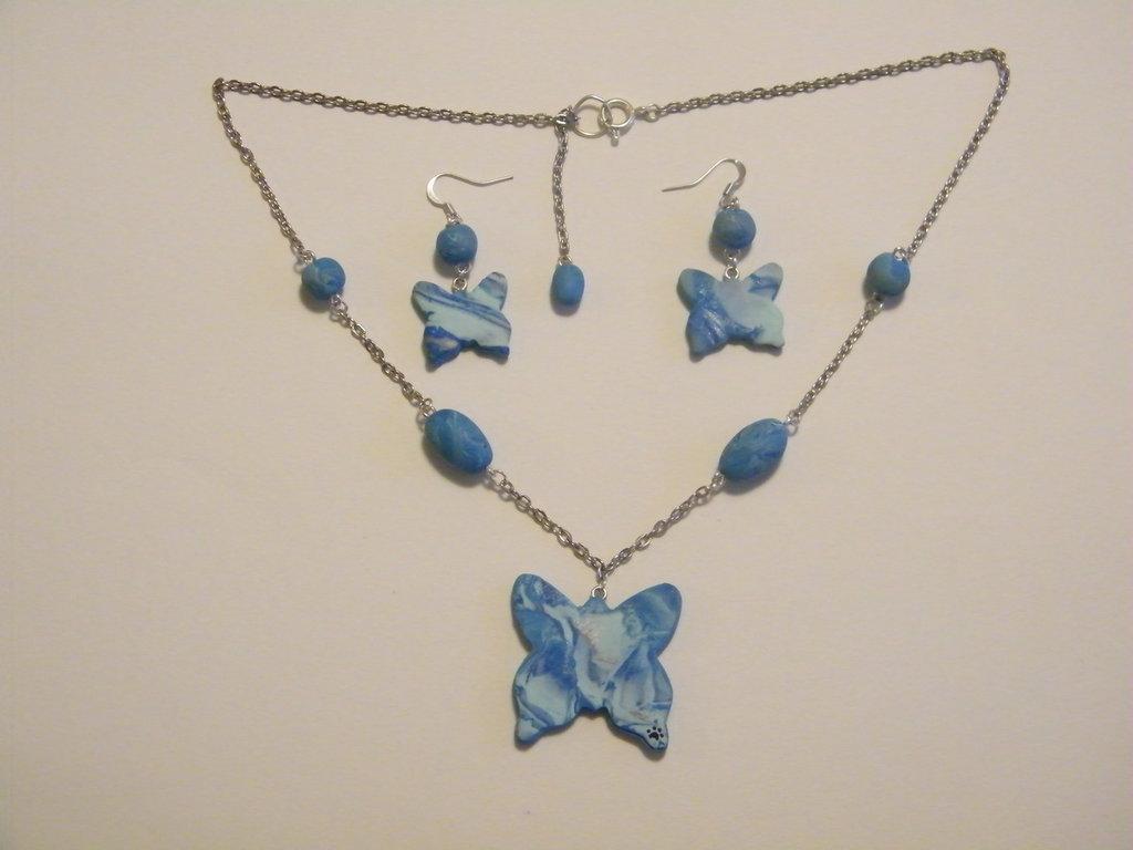 Collana ed orecchini in fimo sui toni dell'azzurro