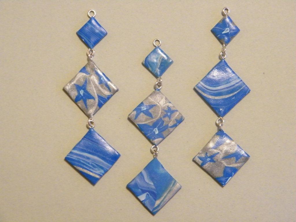 Pendenti per orecchini e ciondolo in fimo nei toni del blu e argento