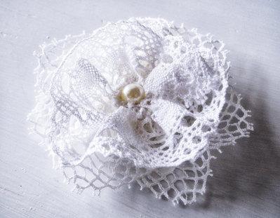 Spilla, Fiore in doppio pizzo lavorato ad uncinetto con perla avorio al centro, Shabby chic, Accessori matrimonio