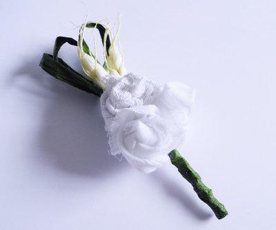 Boutonniere Uomo Matrimonio - Rose Bianche, Cotone, Pizzo, Raso, Fiore all'Occhiello
