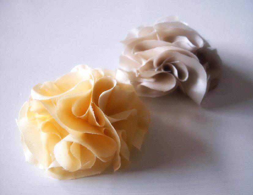 2 Spille Fiori in Raso - Vintage, Shabby Chic, Spilla fiore sciarpa, cappello, abito, maglione, cappotto - Pesca Chiaro e Lino/Ecrù