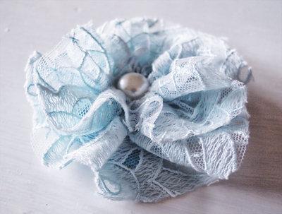 Spilla - Fiore in Pizzo Azzurro Chiaro con Perla, shabby chic, vintage, country, matrimonio, damigelle, accessori moda