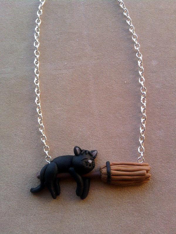 Collana con gatto su scopa fimo
