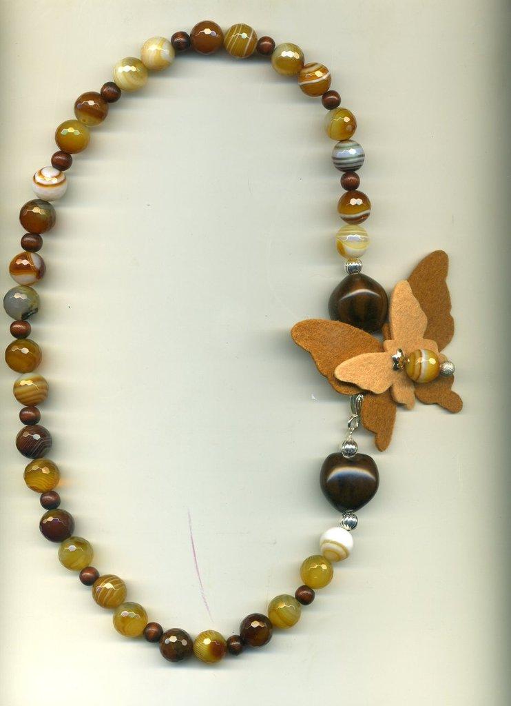Collana autunnale in agata striata marrone e farfalla in panno