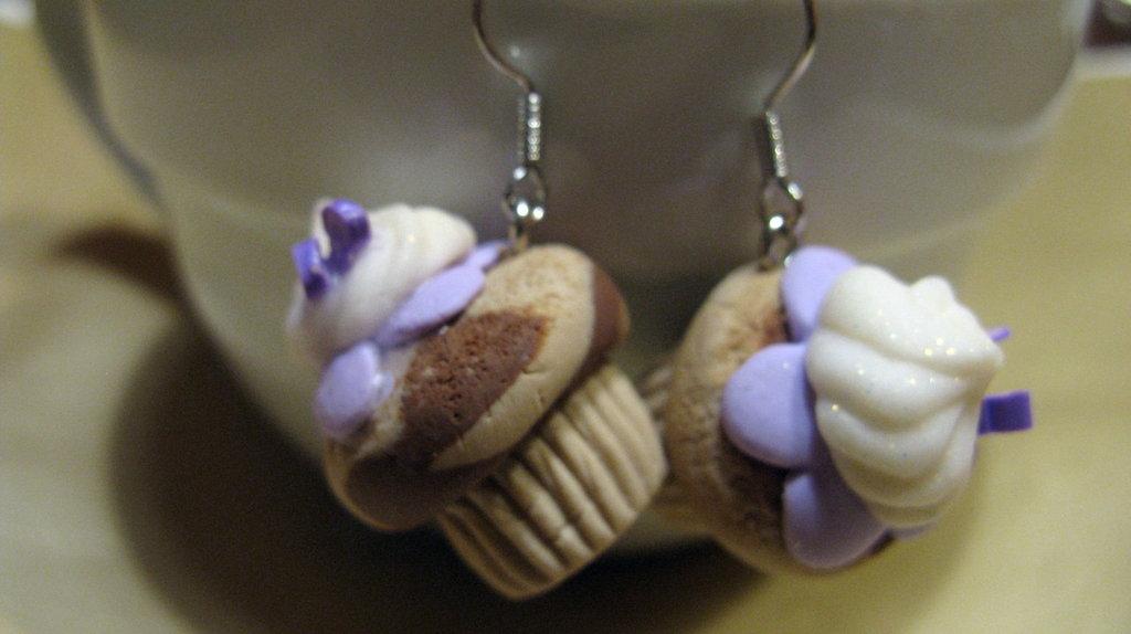 Orecchini con cupcake variegata con glassa e panna