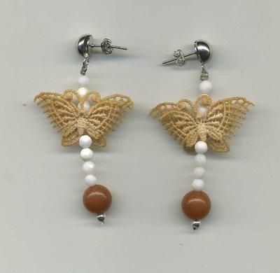 Orecchini con piccola farfalla e agata bianca