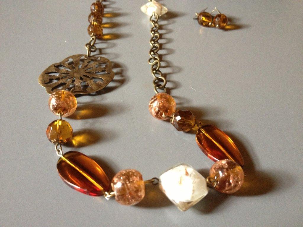 Collana di catena ottone e perle di vetro ambrato, Brownsugar