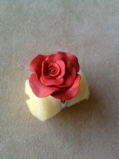 Anello con rosa fimo