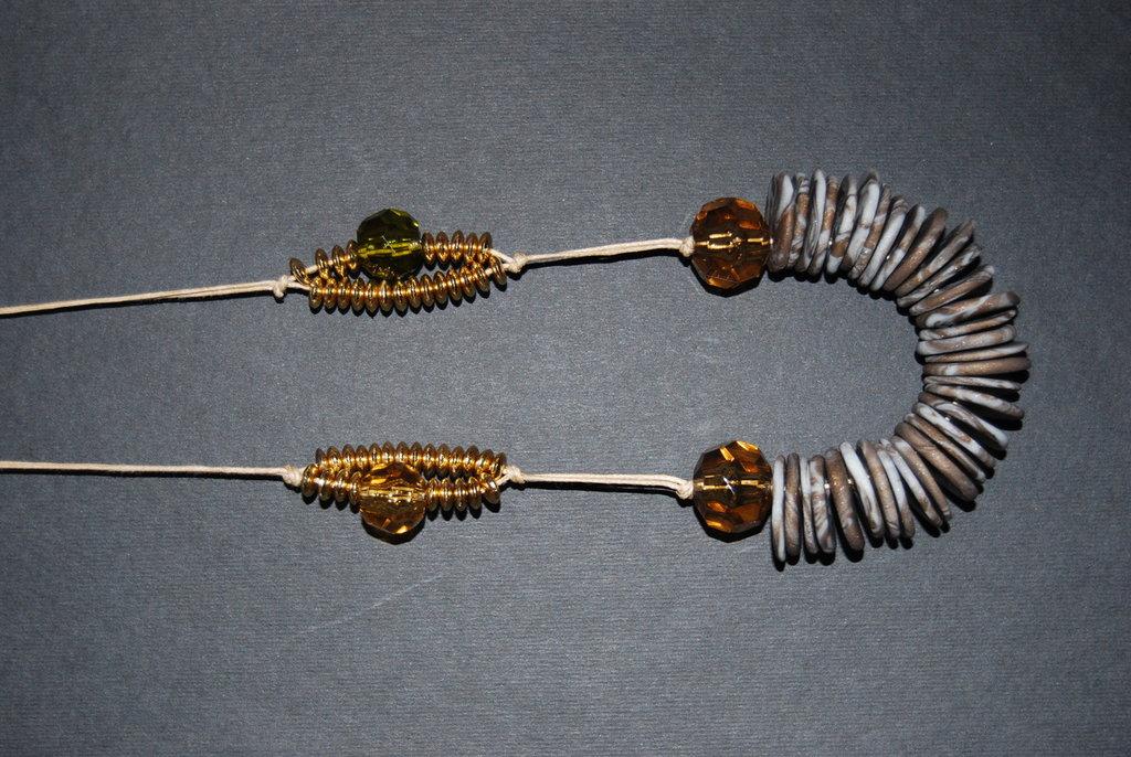 Collana in fimo, perle e dischetti oro