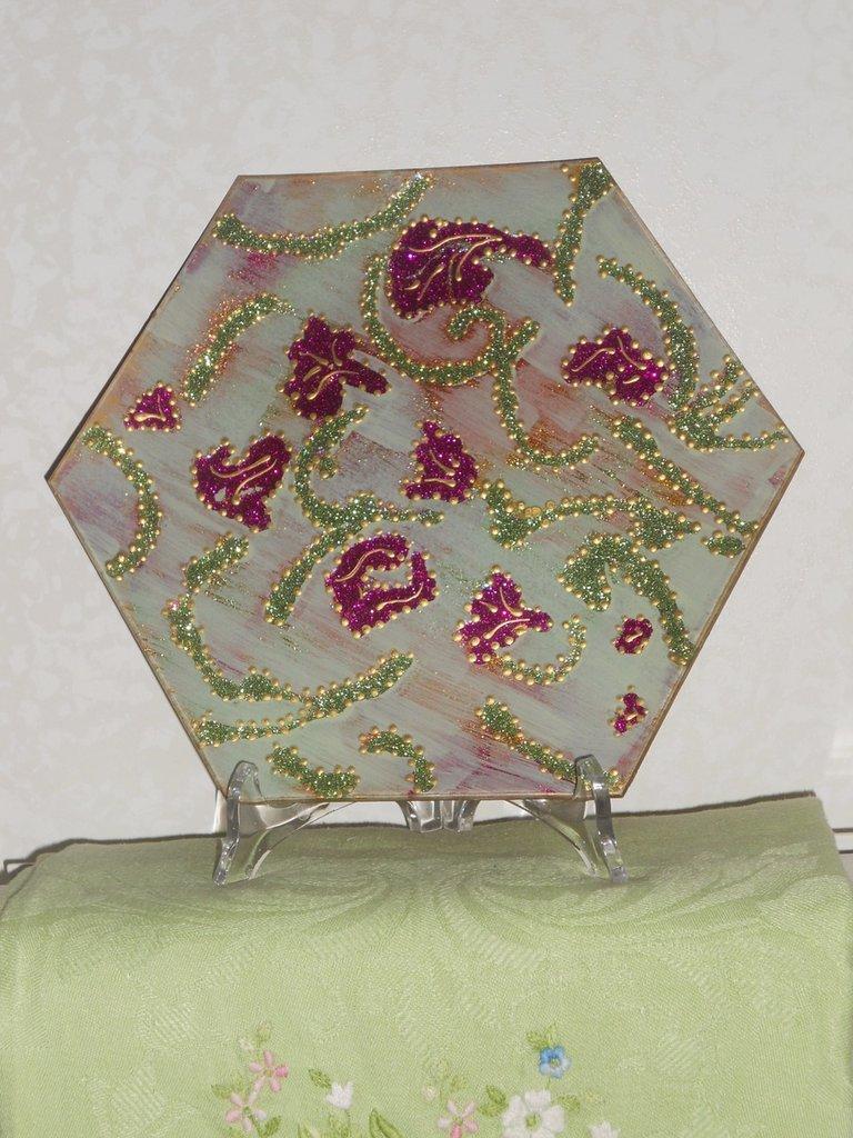 piatto esagonale decorato a mano