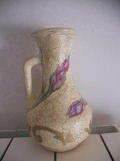 vaso con manico decorato a mano