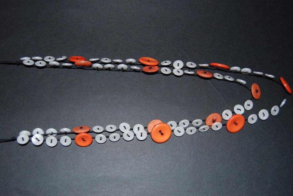Collana con bottoni arancio e bianchi