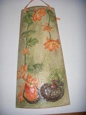 Tegola in terracotta con zucche e fiori in rilievo