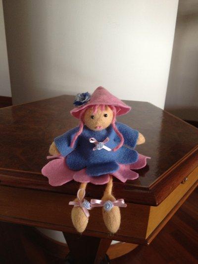 bambolina in feltro modello folletta