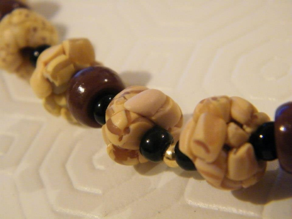 Collana in fimo beige, marrone, nero e oro