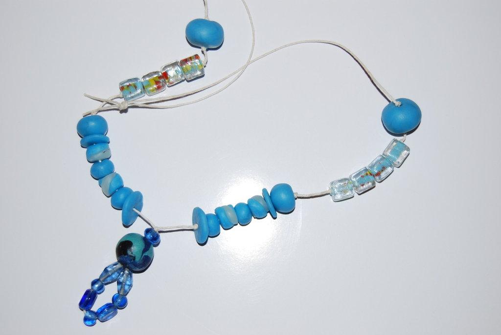 Collana azzurra in fimo e vetro