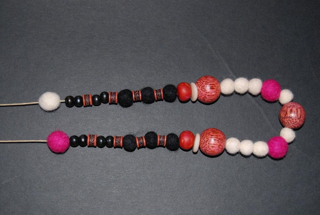Collana con perle colorate in lana cotta