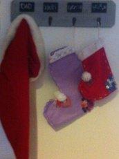 Calze della Befana in pannolenci con decori a maglia e bottoni