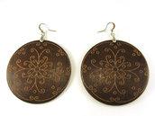 Orecchini fashion fatti a mano con elemento in legno e decorazione floreale incisa