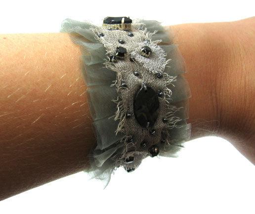 Bracciale realizzato con passamaneria con pietre, specchi, perle, strass