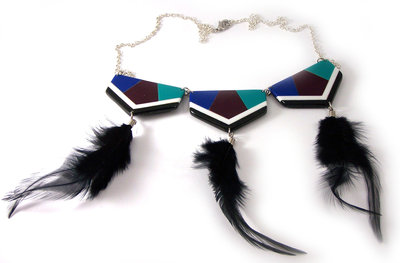 Collana con piume nere in stile indiano