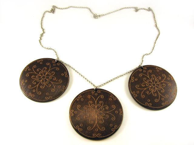 Collana fatta a mano con catenina e elementi in legno incisi
