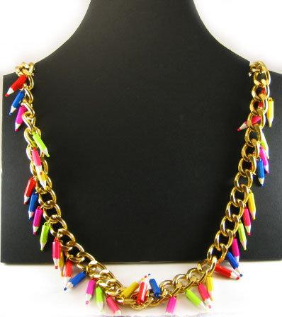 Collana fatta a mano con catena oro e matite colorate