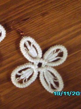 orecchini pendenti in cotone bianco fatti a mano