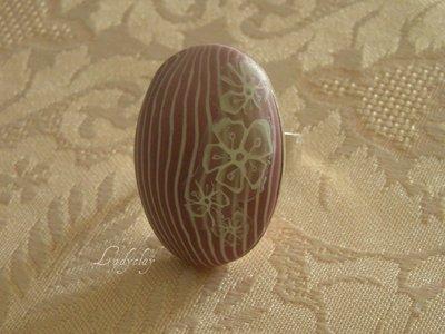 Anello ovale con cabochon in pasta sintetica