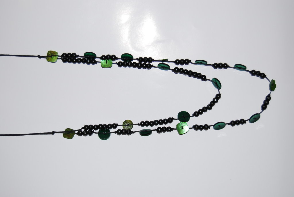 Collana con perline e bottoni verde bottiglia