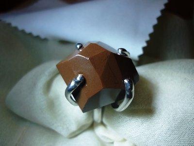 Anello con particolare pietra lucana