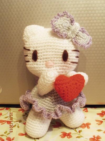 Amigurumi Hello Kitty Angioletto con cuoricino rosso