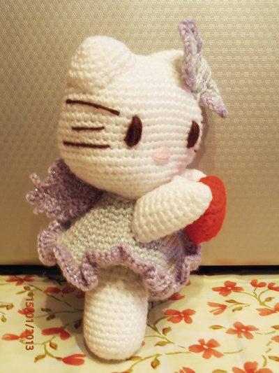Amigurumi Angioletto Uncinetto : Amigurumi Hello Kitty Angioletto con cuoricino rosso su ...