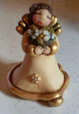Angelo con cesto di fiori