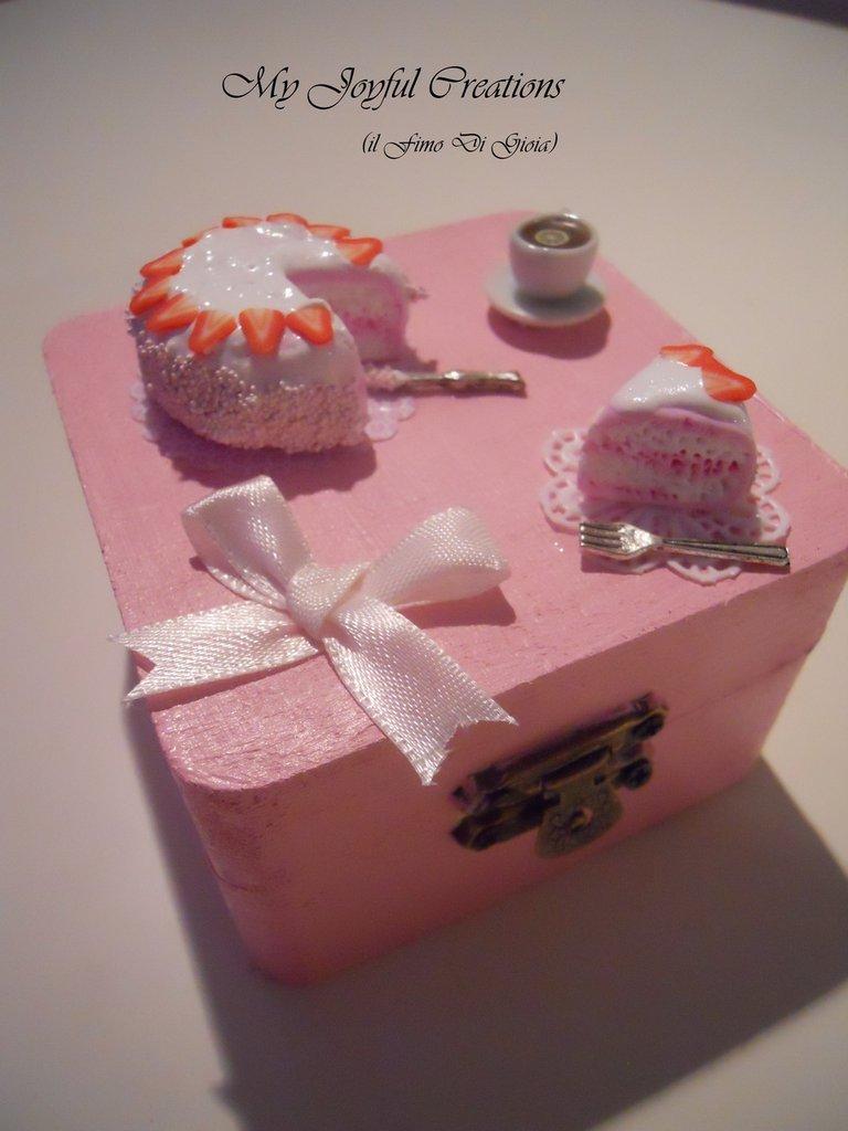 Scatola legno rosa con torta e tazzina