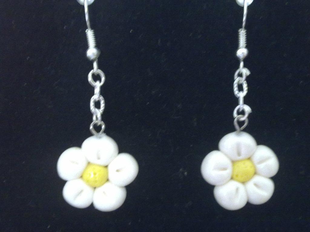 orecchini con fiori bianchi