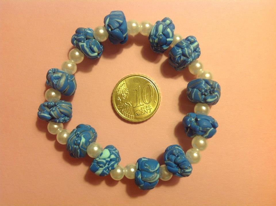 Bracciale in fimo blu con perle bianche