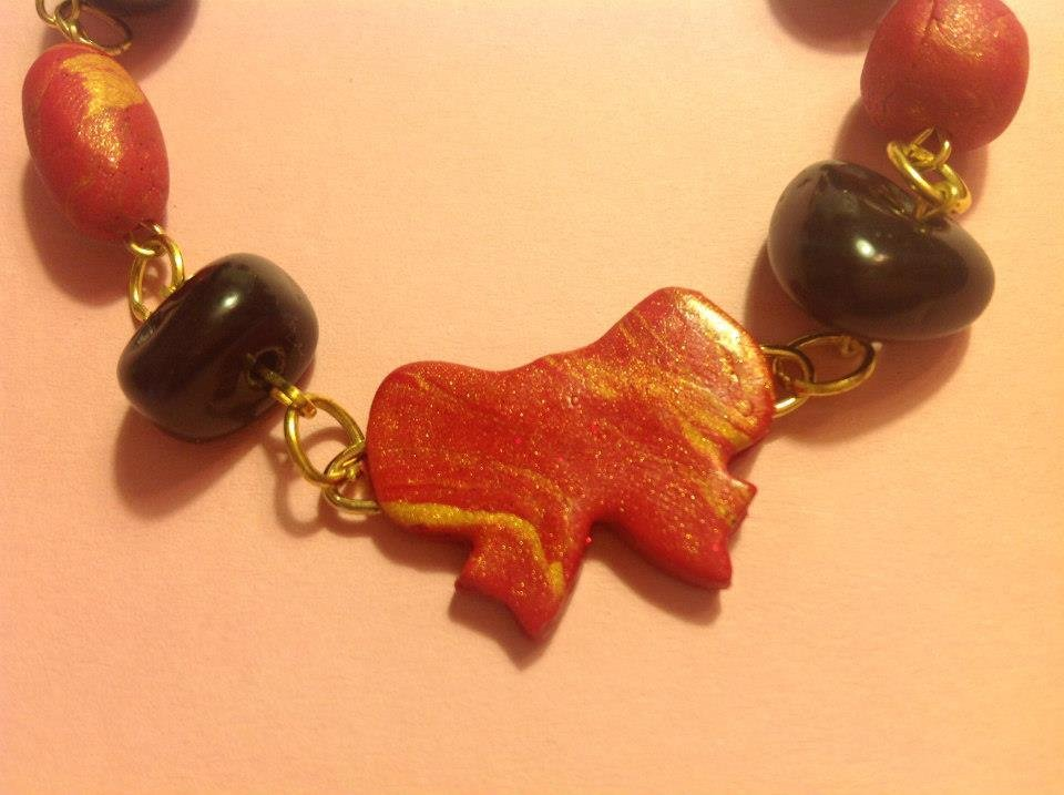 Bracciale in fimo nei toni del rosso e oro con pietre nere