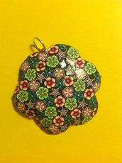 Ciondolo in fimo a forma di fiore con tanti fiorellini nei toni del viola, rosa, verde e blu