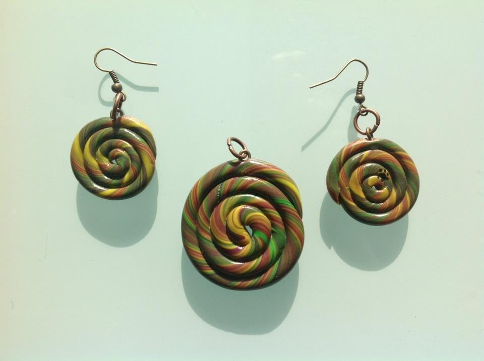 Orecchini e ciondolo in fimo a forma di spirale nei toni del verde, giallo e marrone